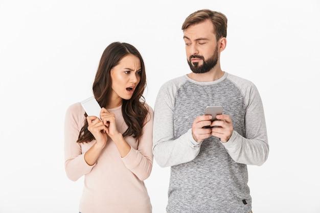 Недоволен молодая женщина, глядя на ее мужчина в чате