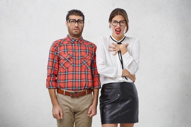 Dispiacere, antipatia e concetto di disgusto. il ritratto di maschio e femmina ha uno sguardo schizzinoso e disgustato