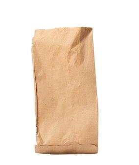 Одноразовый пакет из коричневой крафт-бумаги изолирован