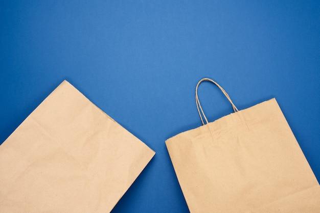 Одноразовый пакет из коричневой крафт-бумаги на синем фоне