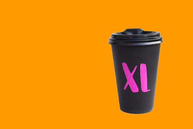오렌지 배경, 뜨거운 음료 에코 컵, 가을 분위기에 고립 된 일회용 골 판지 검은 컵.
