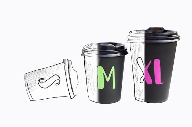 흰색 표면, 뜨거운 음료에 대 한 에코 컵에 고립 된 일회용 골 판지 검은 컵.