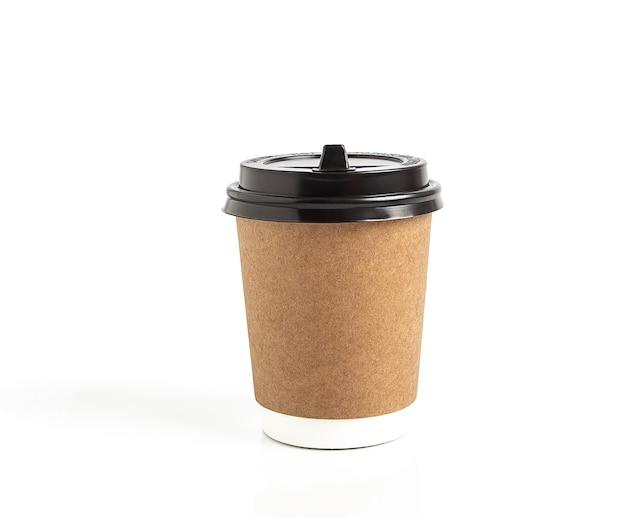 Одноразовая картонная кофейная чашка на вынос изолирована на белой изолированной поверхности