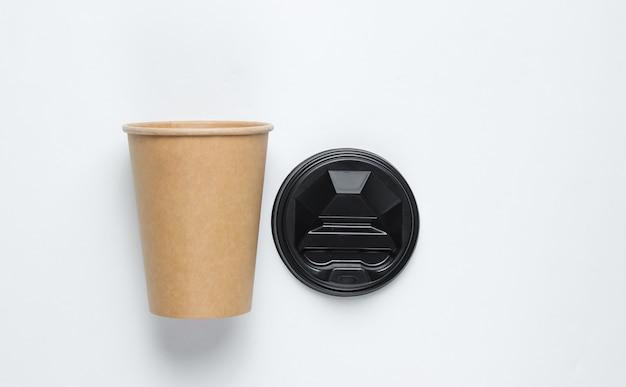 白地に天然素材の使い捨て空のコーヒーカップ。環境にやさしいコンセプト。