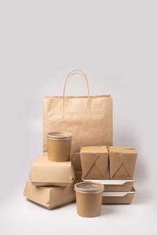 Одноразовая упаковка для доставки еды на сером фоне