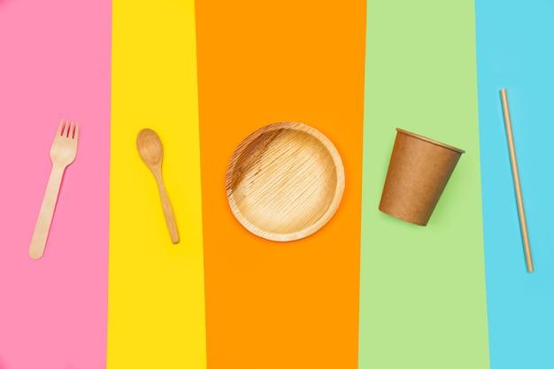 色とりどりの背景に使い捨ての台所用品