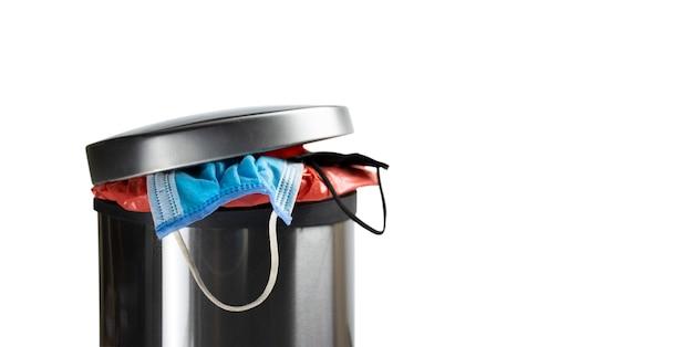 감염성 쓰레기통에 일회용 의료용 안면 마스크, 코로나 바이러스 예방, covid-19 개념
