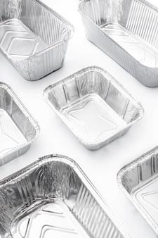 Одноразовый металлический контейнер для пищевых продуктов, изолированные на белом фоне