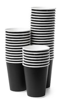Одноразовые бумажные стаканчики, изолированные на белом фоне. закрыть