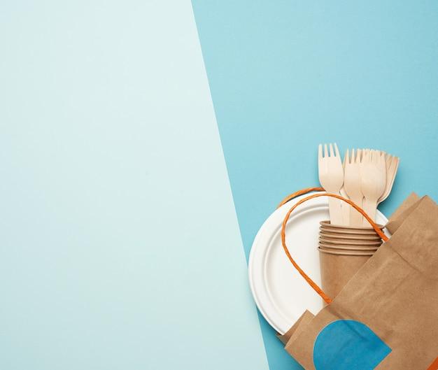 Одноразовая бумажная посуда из коричневой крафт-бумаги и переработанных материалов