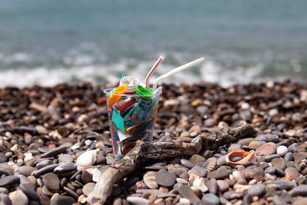 바다에 플라스틱 쓰레기가 든 일회용 플라스틱 컵바다에 대한 생태학적 문제 위협