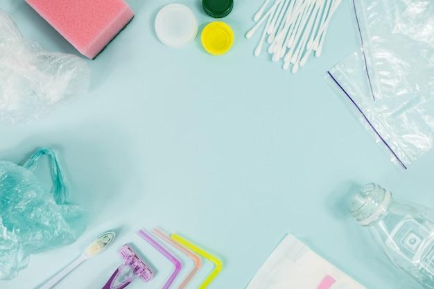 파란색 배경에 매일 사용하는 일회용 플라스틱 품목