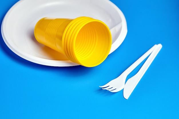 青い背景の使い捨てプラスチック食器