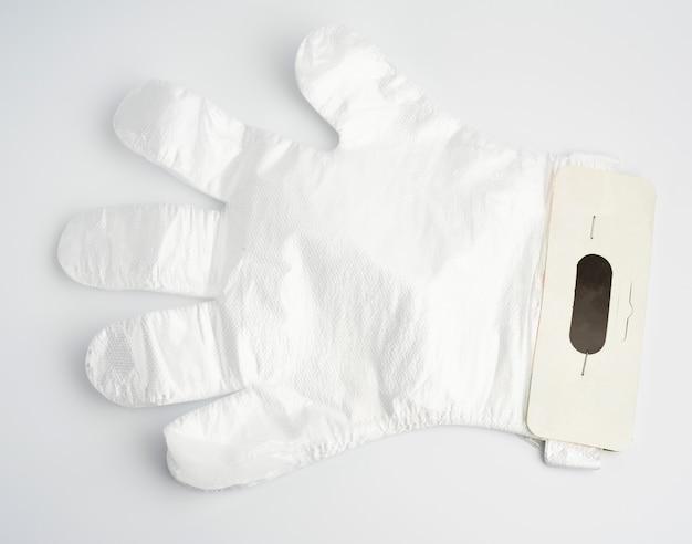 白の使い捨てポリエチレン手袋