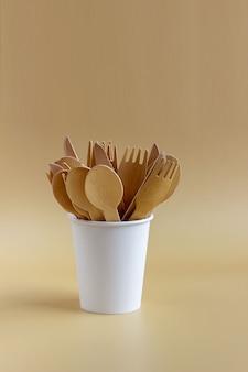 天然素材の使い捨て食器、木のスプーン、フォーク、ナイフ、紙コップ