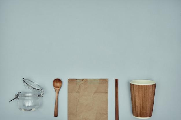 使い捨て食器。プラスチックと持続可能な素材。スペースをコピーします。