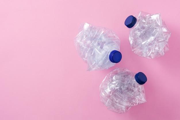 Одноразовые отходы пластмасс на розовом, вид сверху