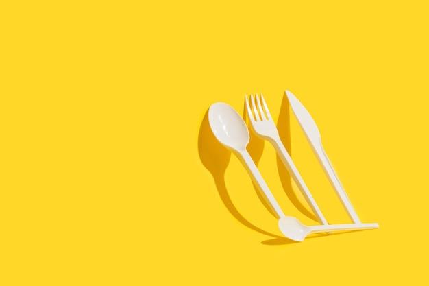 使い捨ての白いプラスチック製食器