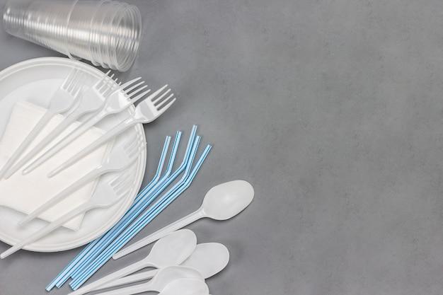 Одноразовая белая пластиковая посуда. тарелка, ложки, вилки,