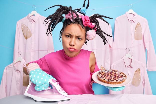 Недовольная афро-американка занята работой по дому