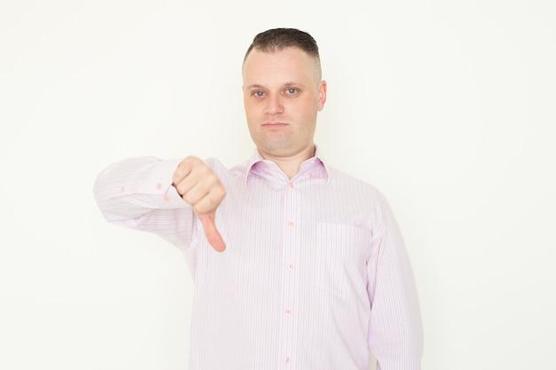 Недовольный босс показывает пальцем вниз, давая оценку работнику или продукту.