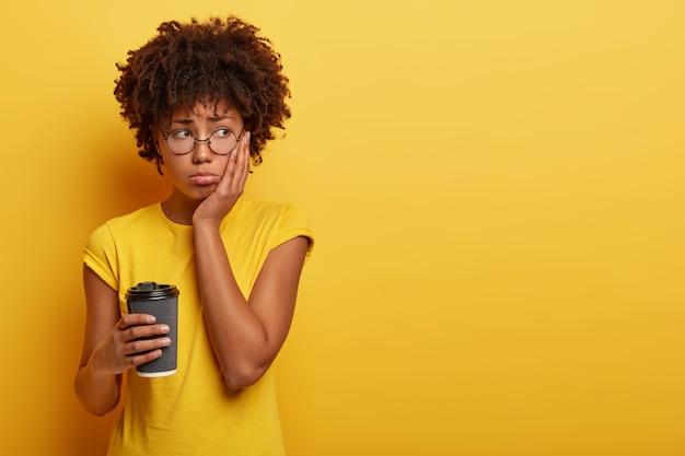 アフロヘアカットの不満を持った気分を害した暗い肌の女性は、不快感で脇に見え、孤独を感じます