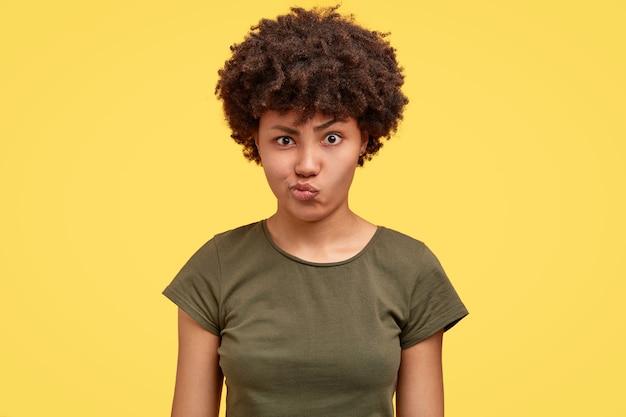 不満のある女性は唇をしかめ、否定的な表情をしています