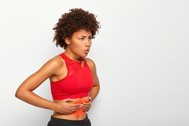 불만족스러운 여성은 배가 아프고, 배를 만지며, 심호흡을하며, 건강에 문제가 있으며, 달리기 또는 운동 후 질식을 겪습니다.