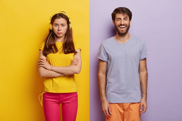 不満を持った若い女性は腕を組んで彼氏と喧嘩した後怒り、生のコミュニケーションを無視