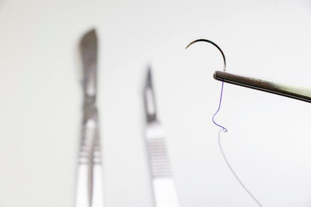 해부 키트-흡수성 봉합사, 폴리 글리콜 산. 수술 수술 장비, 칼, 바늘 및 봉합사. 스튜디오 촬영.