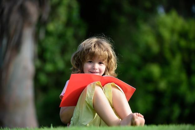 연필을 사용하여 책에 쓰기를 연습하는 원격 아이들. 쓰기를 배우는 아이, 유치원 교육 개념.