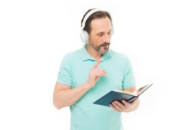 원격 교육 및 학습. 온라인 비즈니스 과정을 배우는 노인 사업가. 책 헤드셋에서 수석 비즈니스 코치입니다. 전자 책을 듣고 성숙한 학생입니다. 웹 학교에서 수염 난된 남자입니다.