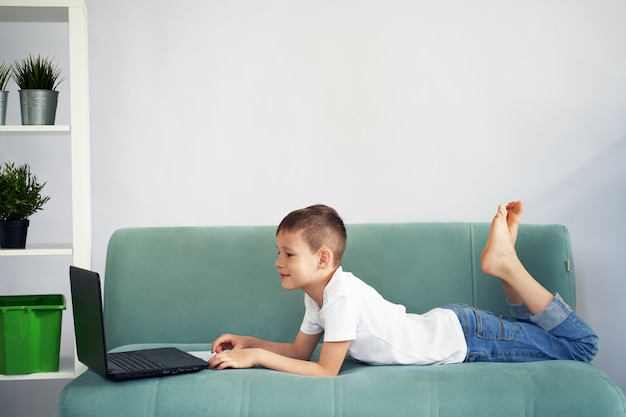Дистанционное обучение дома со студентами. студенты учатся дома.