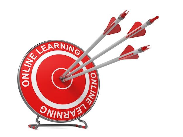 遠隔教育-教育の概念。 「オンライン学習」と書かれた赤いターゲットの中心に当たる3本の矢。