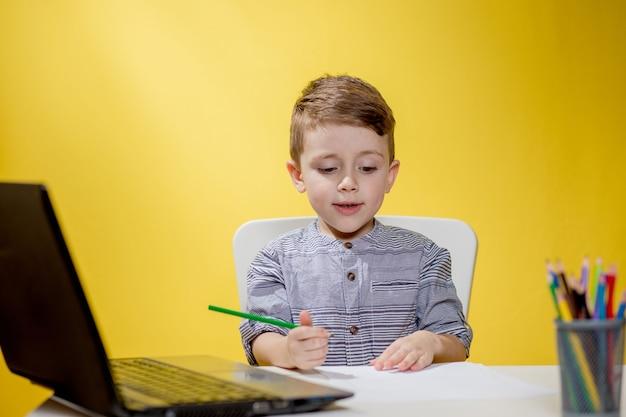 원격 교육 온라인 교육. 집에서 앉아서 학교 숙제를하는 소년, 가정 원격 학습 격리.