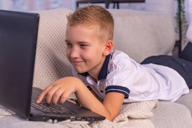 Дистанционное обучение онлайн-образование школьник учится дома и делает домашнее задание.