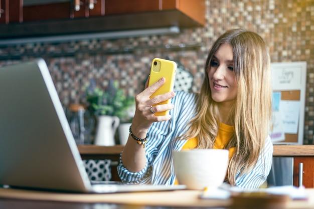 Дистанционное обучение, онлайн-образование и работа, деловая женщина, разговаривающая по видеосвязи в режиме реального времени, счастливая и