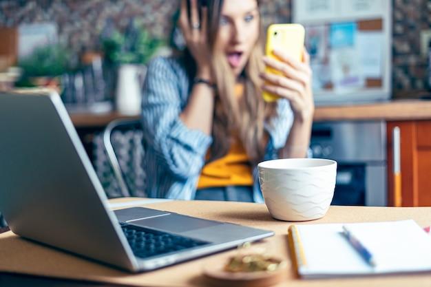 Дистанционное обучение, онлайн-образование и работа, деловая женщина, разговаривающая по видеосвязи в режиме реального времени, удивлена