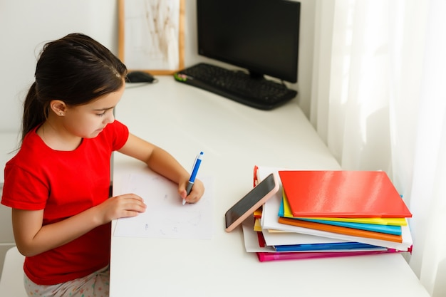 遠隔教育オンライン教育、少女は数式を書く