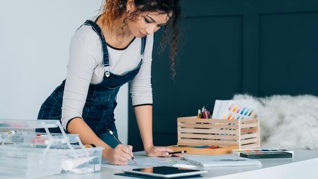 遠い美術教育。タブレットでビデオチュートリアルで描く女性、スキルを向上させます。