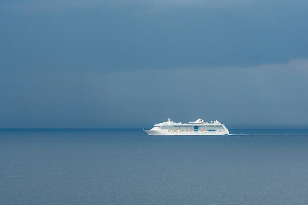 地中海の観光船の遠景。曇りの日。トラベル。イタリア。