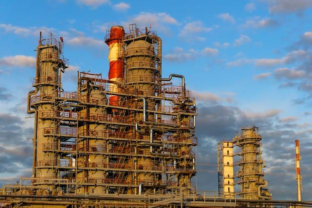 製油所の最新の化学工場設備の蒸留塔と加熱炉
