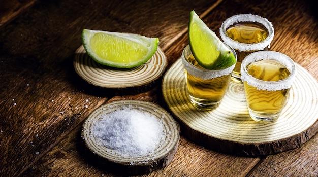テキーラと呼ばれる青いリュウゼツランの蒸留飲料で、塩とレモンを混ぜて消費します