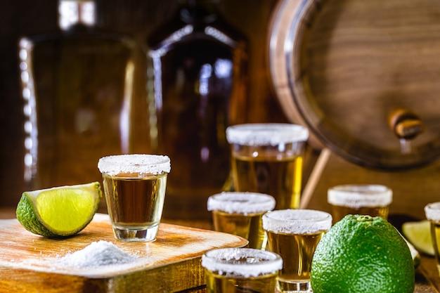 塩とレモンの蒸留酒。テキーラのグラス、バーでの典型的なメキシコの飲み物。国際テキーラデー。