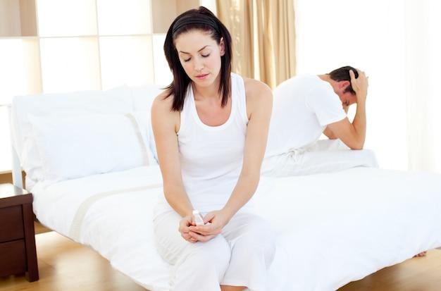 Проблемная пара узнает результаты теста на беременность