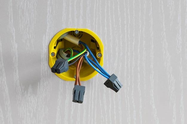 配電ボックスは壁とワイヤーに組み込まれています