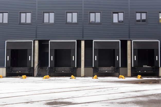 Distribution warehouse with cargo doors for loading goods