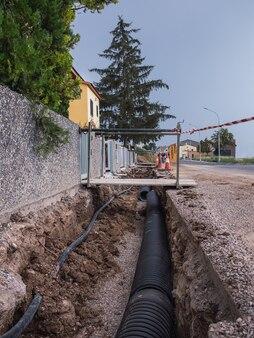 住宅街の地面に新しい水道管を捨てる。公共事業のコンセプト