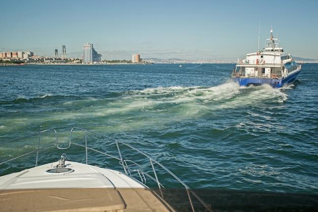 빠르게 움직이는 요트에서 발산하는 파도, 튀는 바다 파도, 요트 트랙