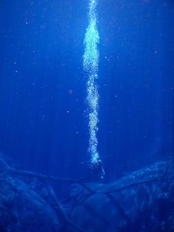 Дайверы в лагуне с голубой водой